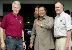 Bill Clinton and George Bush, Sr., meet with Indonesian President Susilo Bambang Yudhoyono