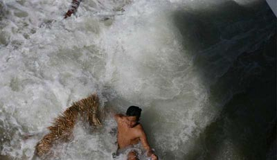 Tsunami Pictures: #2 - Man gets caught in the tsunami in Thailand